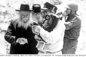 הרב קוק גורן והנזיר בכותל 1967